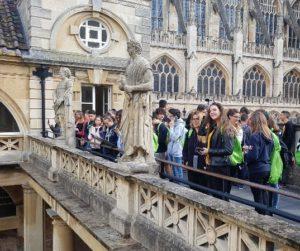 Ragazzi in gita a Bath in Inghilterra per corso di inglese